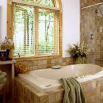 Conception d'une salle de bain dans une maison Art Déco privée avec des carreaux de céramique