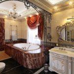 Conception de salle de bain dans une maison baroque privée et carreaux de granit