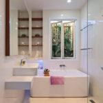 Conception de salle de bain privée hi-tech blanche