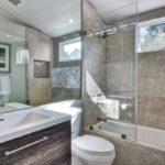 Conception de salle de bain dans une maison de sous-sol privée de haute technologie