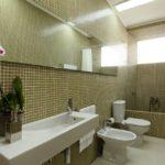 Conception d'une salle de bain dans une maison privée; sanitaire carrelé et blanc