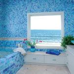 Conception d'une salle de bain dans une maison privée; carreaux aux couleurs outremer