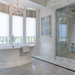 Conception de salle de bain dans un style classique de maison privée