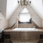 Conception d'une salle de bain dans une maison privée sous un toit