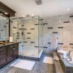 Conception d'une salle de bain dans une maison privée avec un carrelage et un ensemble de meubles