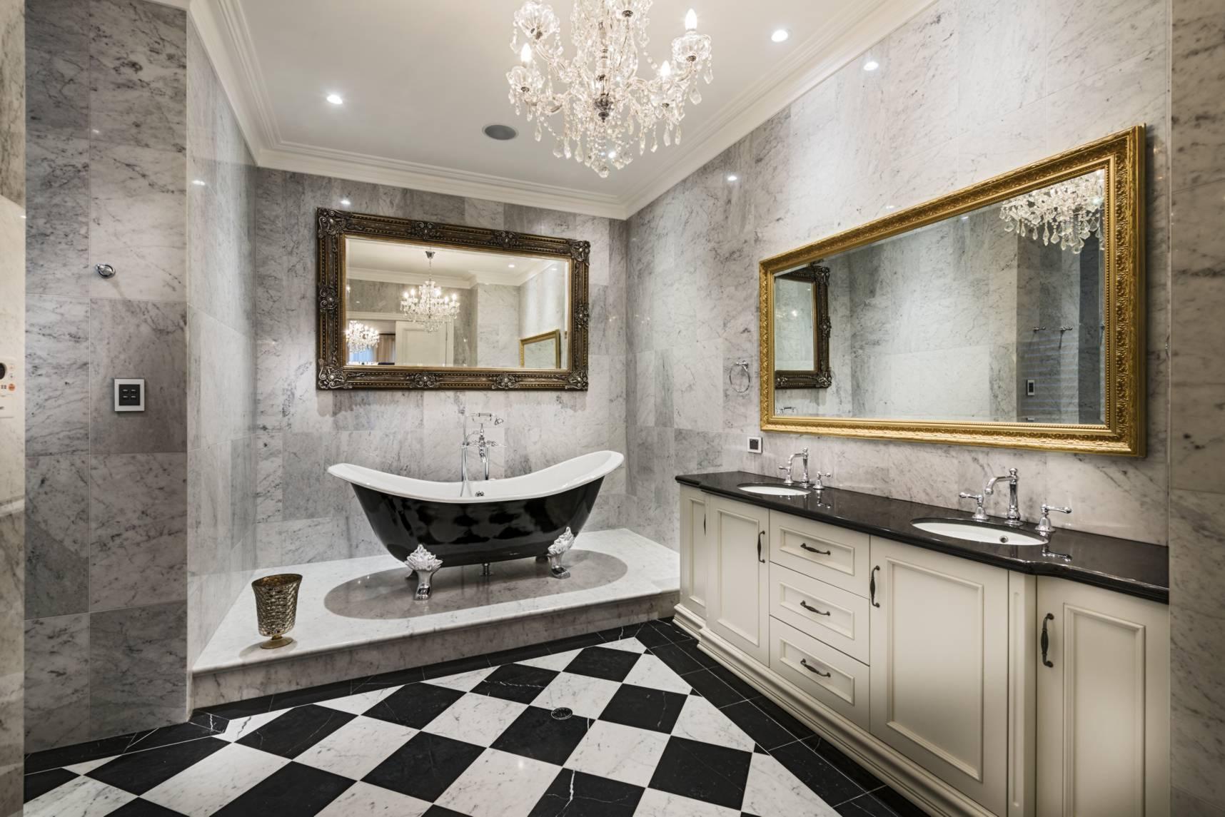Conception de salle de bain carrelée dans une maison privée