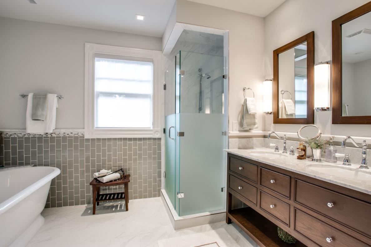 Conception d'une salle de bain dans une maison privée avec mobilier