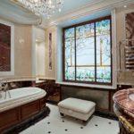 Conception d'une salle de bain dans une maison privée avec un vitrail