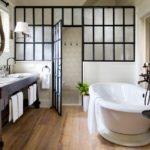 Conception de salle de bain dans une maison privée avec cloison