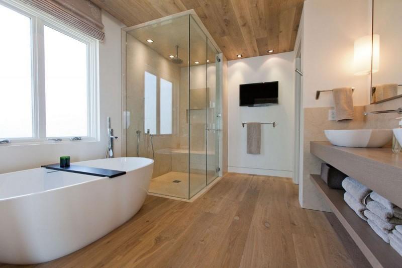 Conception de salle de bain dans une maison privée avec des détails importants