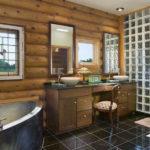 Conception d'une salle de bain dans une cabane en rondins de maison privée et carrelage brillant