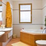 Conception de salle de bain privée dans des tons orange