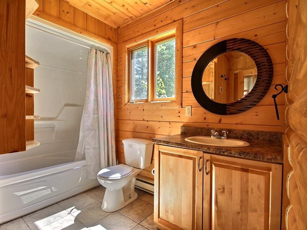 La conception de la salle de bain dans la maison à partir d'une maison en bois rond