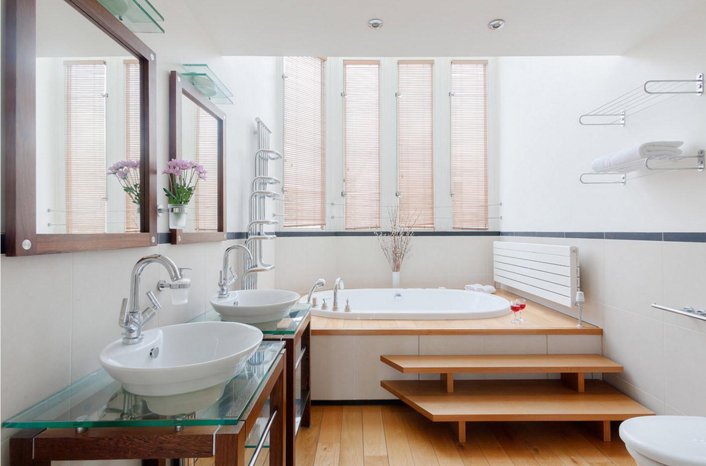 miroirs et étagères dans la salle de bain