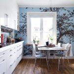 Pictură de perete în interiorul bucătăriei ca fundal pentru fereastră