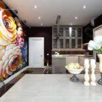 Tapet foto în interiorul bucătăriei pe întregul perete cu iluminare de fundal