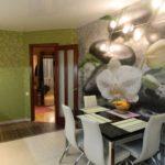 Fotowall-hârtie într-un interior al bucătăriei o combinație cu mobilier și hârtie de perete