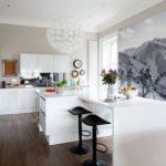 Pictură de perete în interiorul bucătăriei în alb și negru