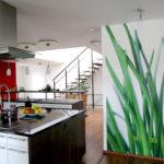 Pictură de perete în interiorul bucătăriei ca partiție de zonare