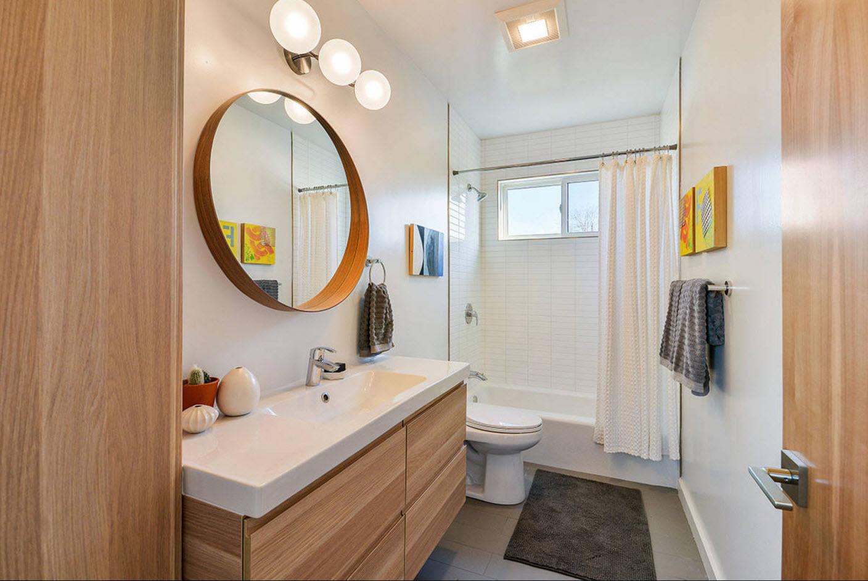 design compact d'une salle de bain avec WC