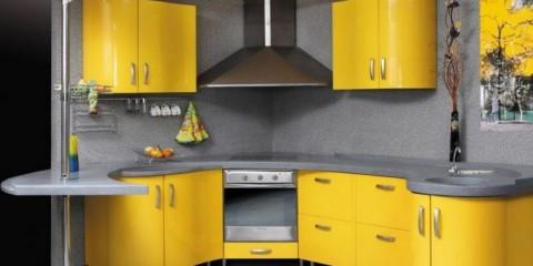 O paletă de bucătărie gri combinată cu galben