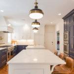 Mobilier de bucătărie modernă alb-negru