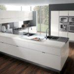 Bucătărie modernă de înaltă tehnologie gri pe alb