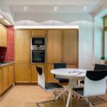 Set de bucătărie modernă, plăci ceramice și nuc