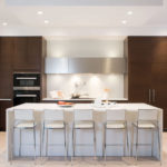 Bucătărie modernă culori maro și alb