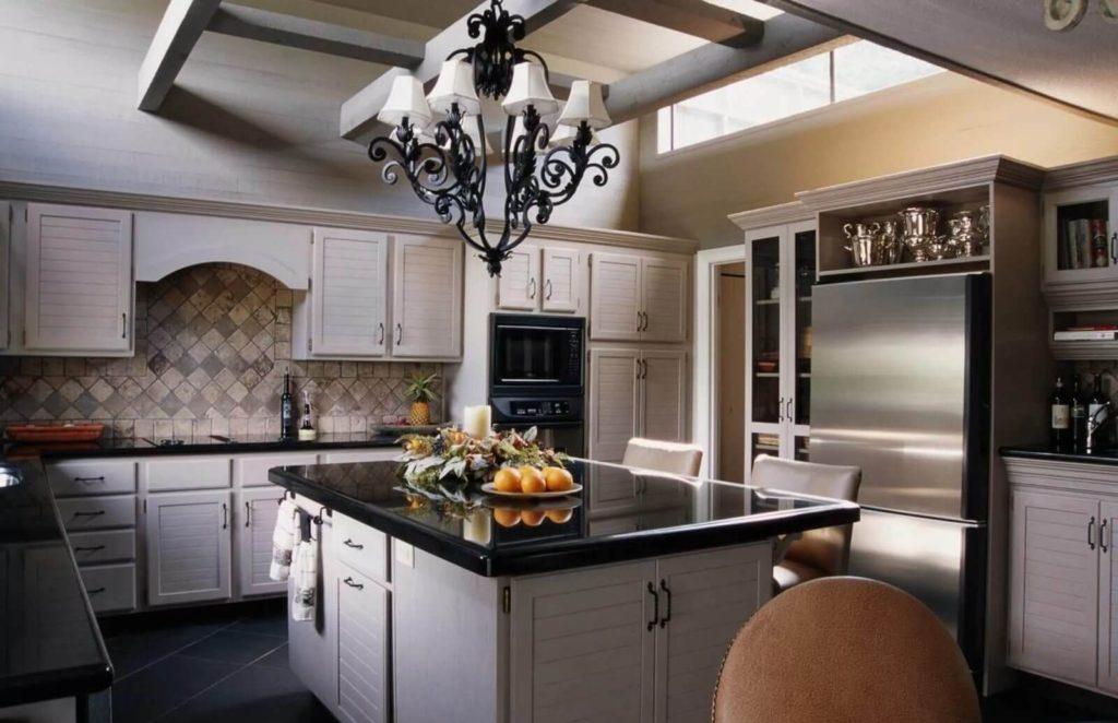 Candelabru forjat cu bucătărie modernă