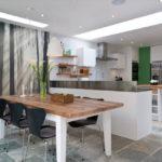 Bucătărie modernă zonă de luat masa și tapet foto