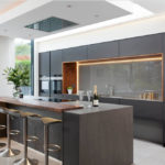 Bucătărie modernă cu un bar