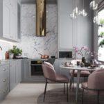 Bucătărie modernă gri-roz în camera înaltă