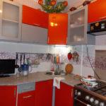 Configurație de colț de bucătărie modernă într-un apartament din oraș