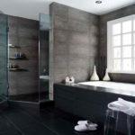 Salle de bain dans une maison privée, carrelage noir, plafond tendu.