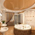 La salle de bain dans la maison privée est carrelée avec du plâtre et des plafonds suspendus