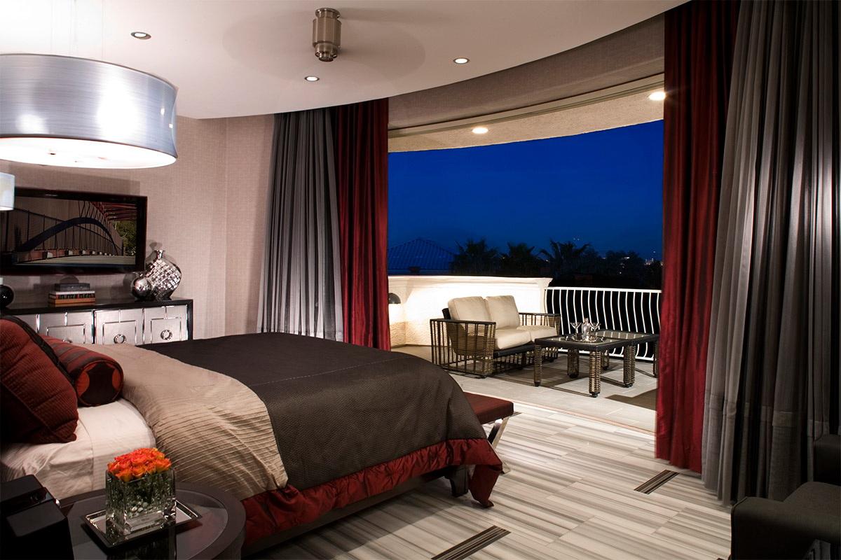 chambre avec balcon aux couleurs sombres
