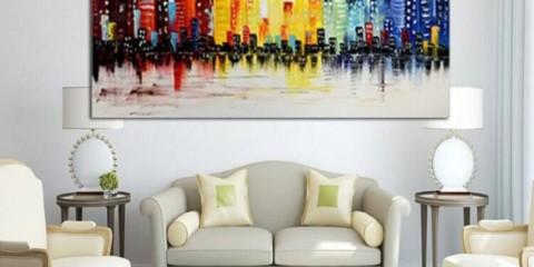 Les peintures à l'intérieur du salon contrastent avec des couleurs vives.