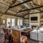 Trang trí phòng khách lớn theo phong cách mộc mạc với ốp đá