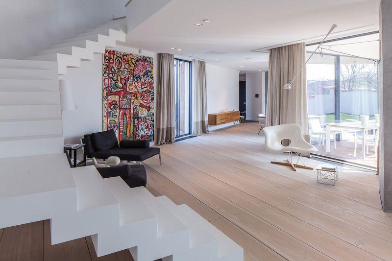 Thiết kế phòng khách trong một ngôi nhà riêng với phong cách tối giản