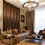 Trang trí phòng khách với tường màu be và rèm lụa.