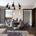 Phòng khách với tường tủ và khu vực ăn uống