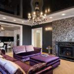 Trang trí phòng khách theo phong cách nghệ thuật trang trí màu đen và trắng với đồ nội thất màu tím.