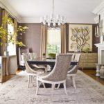 Phòng khách cổ điển được trang trí màu be và trắng nhạt.
