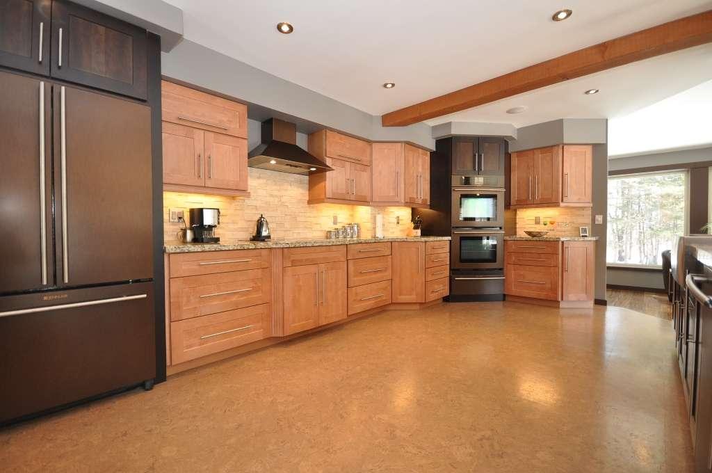 podea din plută în bucătărie