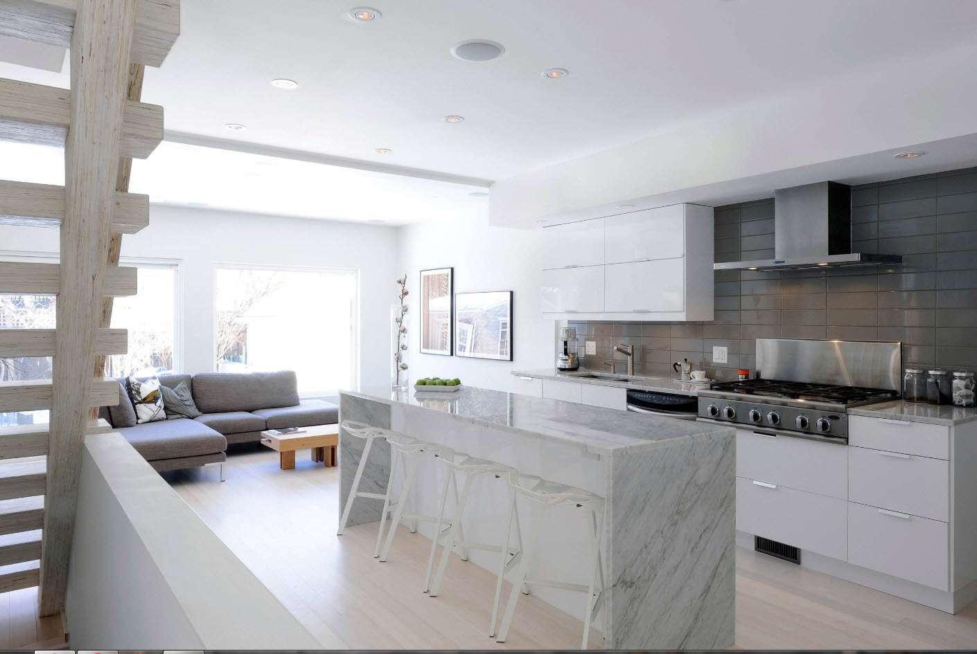 bucătărie modernă în culori strălucitoare