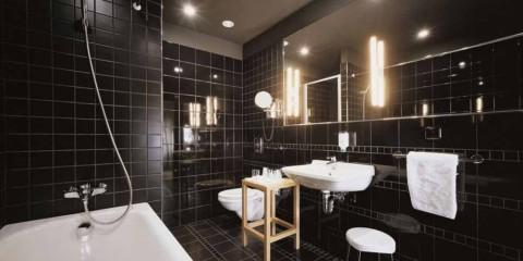 Carrelage noir de salle de bain design moderne et plomberie blanche