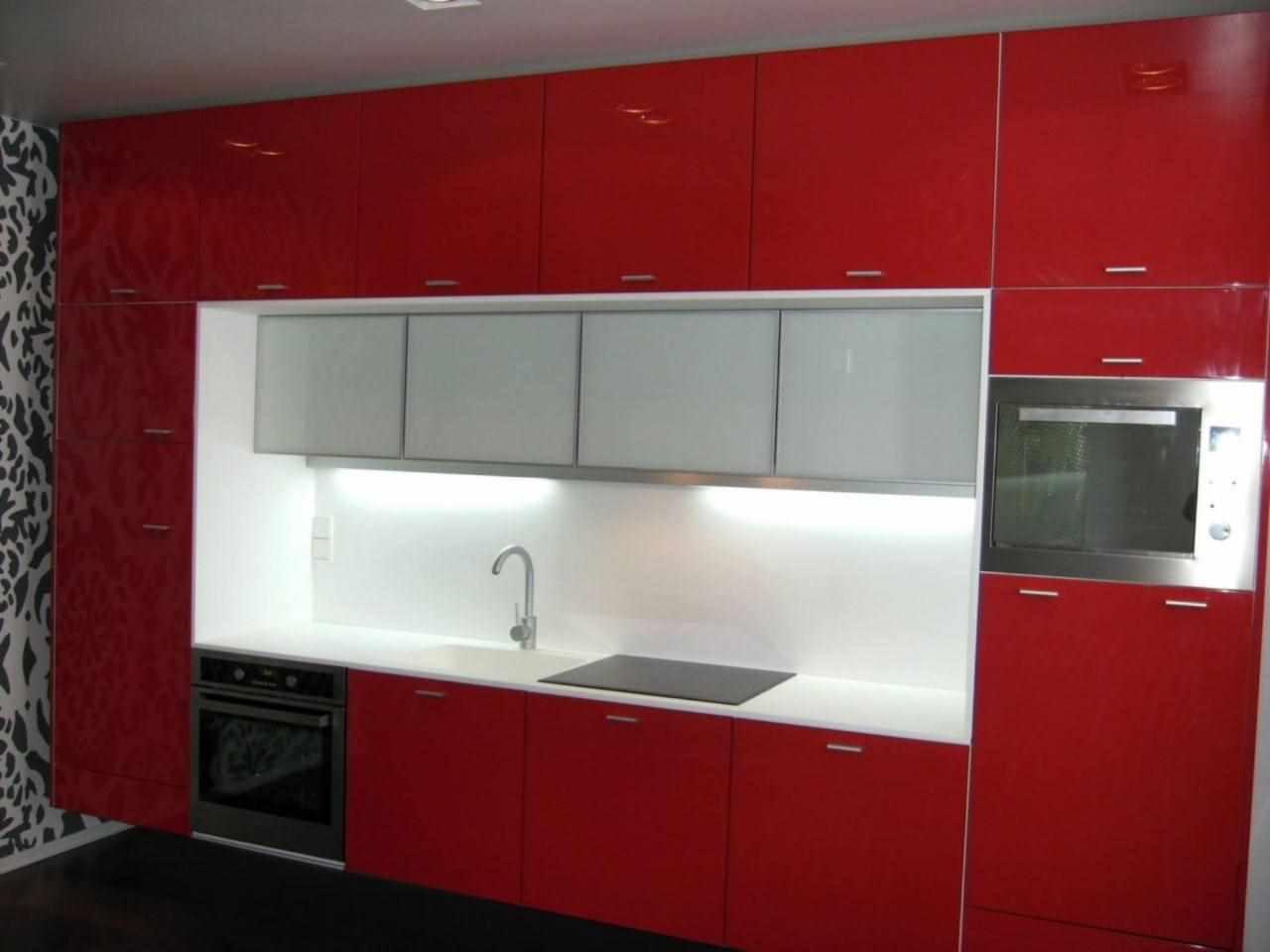 un exemplu de interior frumos al unei bucătării roșii