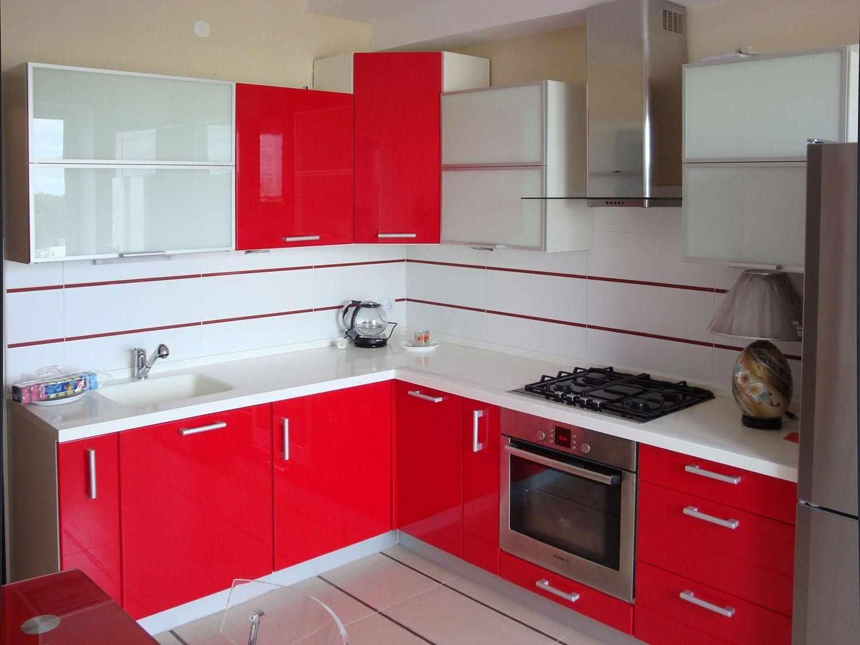 un exemplu de design de bucătărie roșu deschis