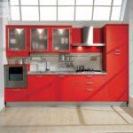 versiune a interiorului luminos al imaginii de bucătărie roșie